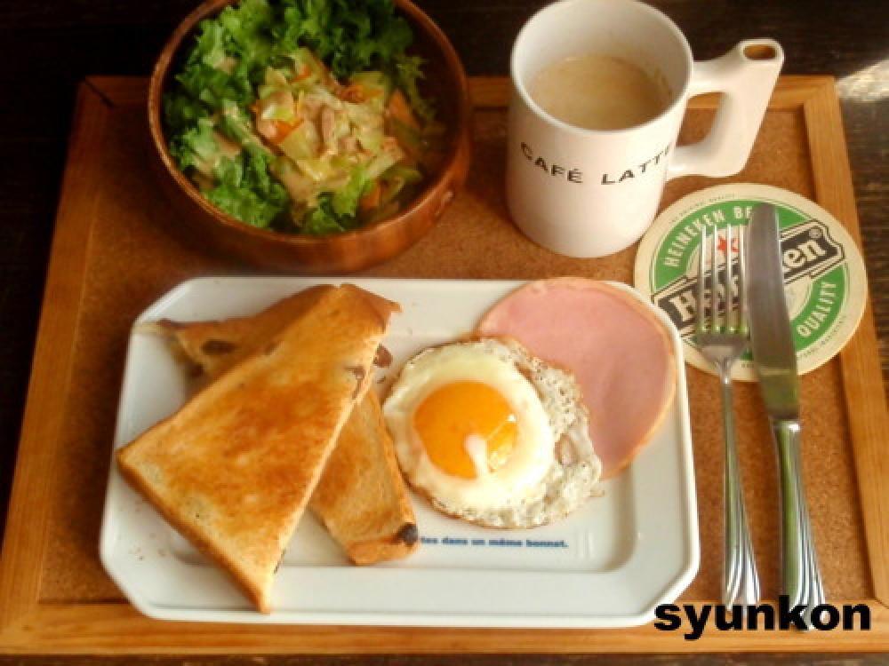 目玉焼き、ハム、サラダの朝ごはん