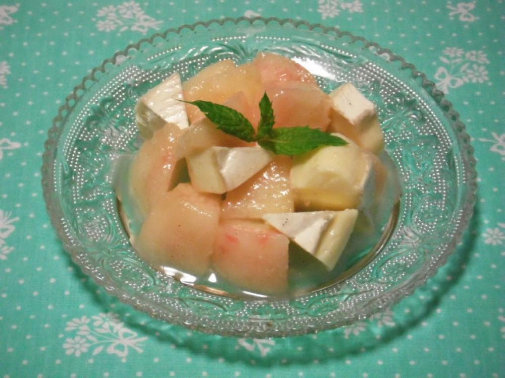 桃とカマンベールチーズのサラダ