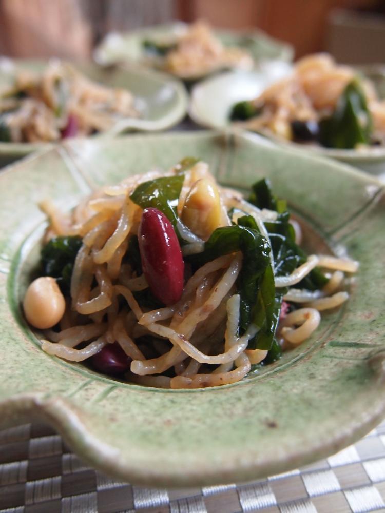 豆と糸こんにゃく、わかめのサラダ