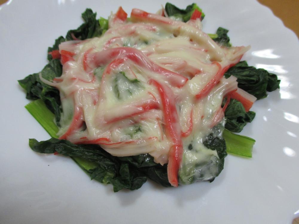 小松菜とカニカマのチーズ乗せ